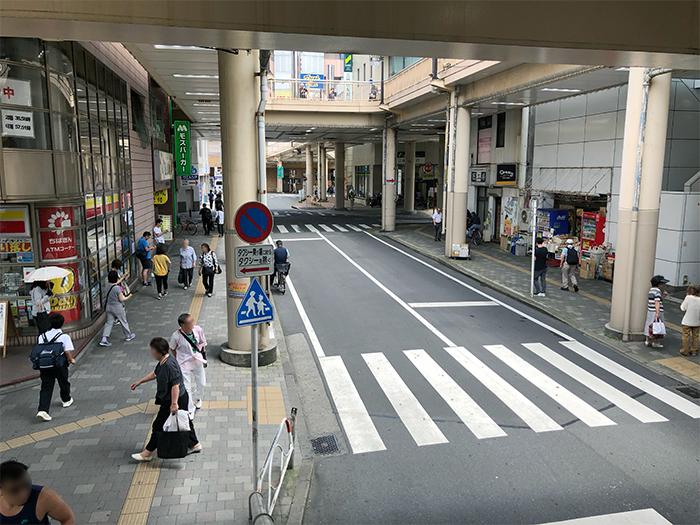 ③ モスバーガーと三井住友銀行さんの交差十字路まで向かいます。(30秒)
